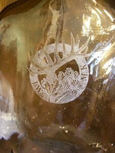 Przykład grawerowania laserowego na butelce szklanej