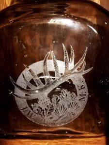 Grafika grawerowana laserowo na butelce szklanej