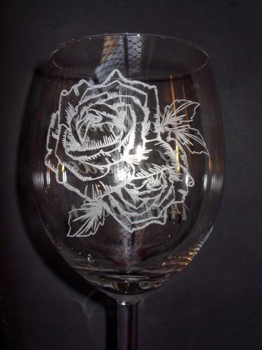 Róża grawerowana laserowo na kieliszku