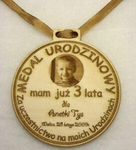 Medal urodzinowy ze zdjęciem grawerowany laserowo w sklejce liściastej 4mm