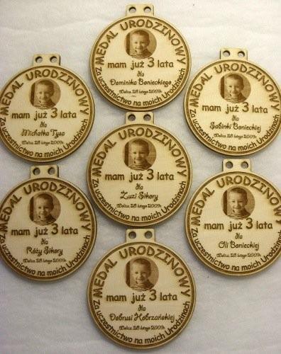Medale urodzinowe ze zdjęciem grawerowane w sklejce liściastej 4 mm