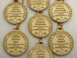 Medale dzielnego przedszkolaka grawerowane laserowo na sklejce liściastej 4 mm