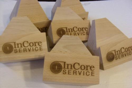 Logo firmy wygrawerowane laserem CO2 na klockach drewnianych