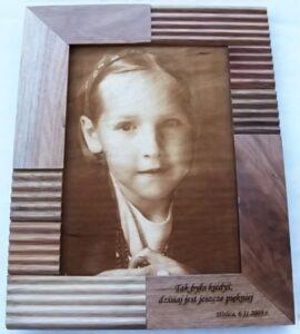 Zdjęcie portretowe grawerowane laserowo na sklejce drewnianej
