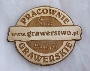 Logo naszych pracowni grawerowane laserowo na drewnie