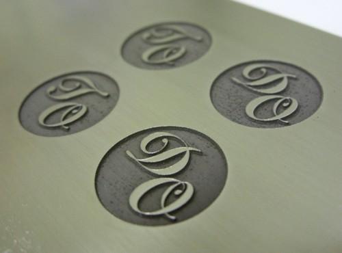 Inicjały grawerowane laserowo na stali nierdzewnej