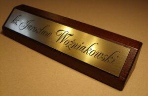 Klocek biurowy na biurko z tabliczką grawerowaną w laminacie grawerskim