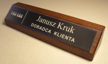 Przykład klocka wizytowego na biurko z tabliczką grawerowaną w laminacie grawerskim