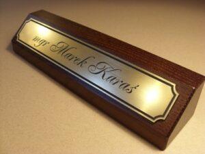 Klocek wizytowy na biurko - tabliczka grwerowana z laminatu
