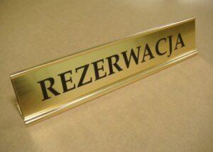 Podstawka aluminiowa złota na biurko z tabliczką grawewrowaną z laminatu grawerskiego