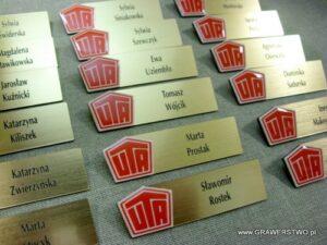 Identyfikatory grawerowane z laminatu lz 990 z nakładką z laminatu koloru czerwonego