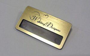 Identyfikator grawerowany z laminatu lz 990 - okienko do wsuwania karteczki z imieniem wymiar identyfikatora 70x38 mm