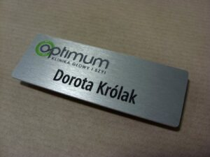Identyfikator grawerowany aluminiowy - grawerunek napuszczony farbą