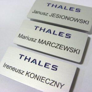 Identyfikatory aluminiowe - napisy wypełnione farbą