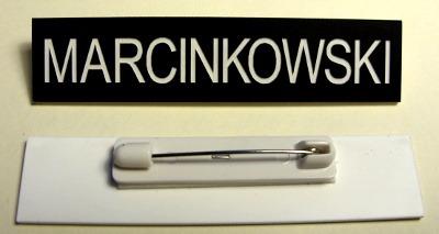 Pokazanie tyłu identyfikatora z mocowaniem - agrafka