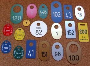 Przykłady kształtów numerków grawerowanych z laminatu