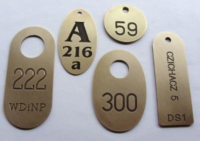 Przykłady numerków grawerowanych z mosiądzu