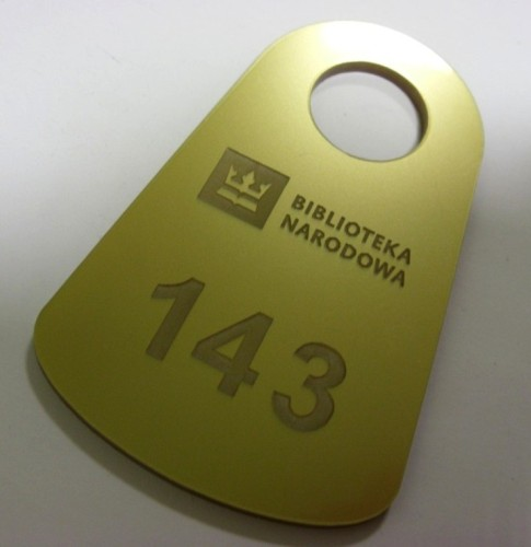 Numerek grawerowany - plexi srebna 3 mm ( grawerowanie laserowe)