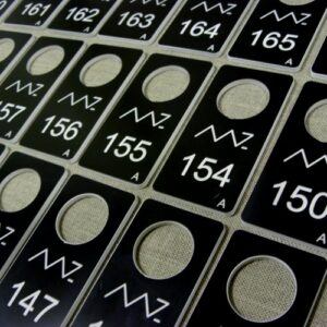 Numerki grawerowane z laminatu -  podwójnie klejony