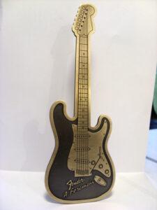 Pamiątka grawerowana w kształcie gitary - mosiądz patynowany
