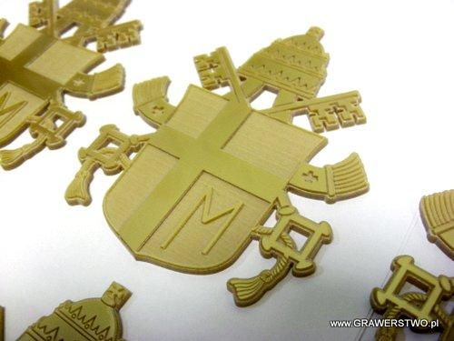 Herb Jana Pawła II grawerowany w złotej plexi