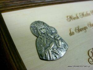 Matka Boża umieszczona na grawerowanej sklejce drewnianej
