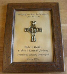 Pamiątka komunijna grawerowana w ramce ( mosiądz patynowany  krzyż z symbolami jako nakładka )