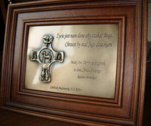 Pamiątka grawerowana w ramce ( mosiądz patynowany  krzyż z symbolami jako nakładka )