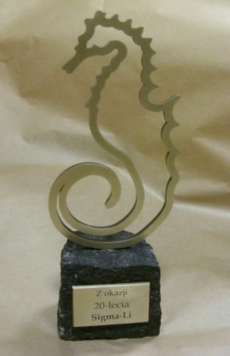 Statuetka mosiężna na kostce bazaltowej - mosiądz patynowany