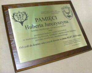 Pamiątkowa mosiężna tablica grawerowana na desce dębowej 38 x 30 cm.