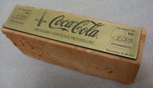 Tabliczka mosiężna grawerowana ( wykończenie patynowane ) przyklejona do cegły