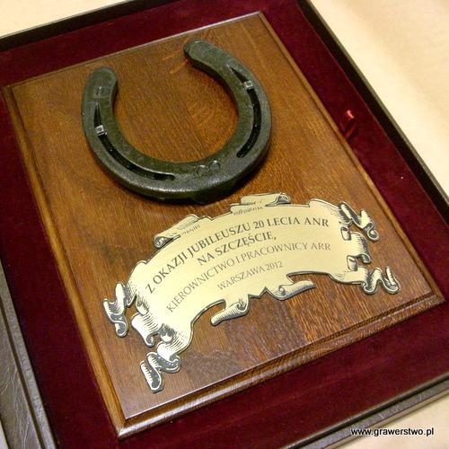 Podkowa metalowa na szczęście - na podkładzie dębowym  z tabliczką grawerowaną z laminatu metalizowanego