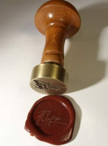 Pieczęć lakowa wykonana z mosiądzu z rączką drewnianą