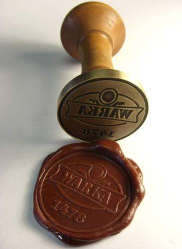 Przykład pieczęci lakowej wraz z odciskiem