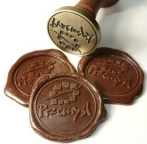 Odciski w laku brązowym wraz z pieczęcią lakową