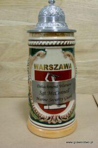 Tabliczka mosiężna w kolorze srebrnym grawerunek patynowany przymocowana do kufla