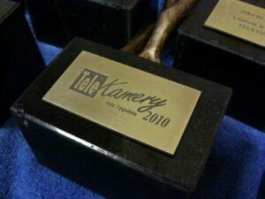Tabliczka mosiężna grawerowana umieszczona na kostce granitowej
