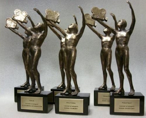 Przykład tabliczek mosiężnych patynowanych umieszczonych na kostkach granitowych do statuetek telekamer
