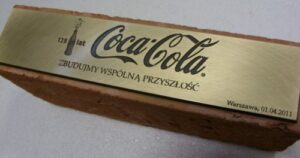 Tabliczka grawerowana - mosiądz patynowany umieszczona na cegle
