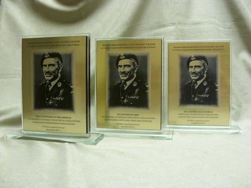 Statuetki szklane wraz z grawerunkiem na laminacie lz 990 z portretem wybitnego dowódcy generała Stanisława Sosabowskiego