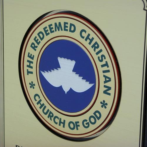 Przykład logotypu grawerowanego w laminacie (różne kolory laminatu tworzą barwny logotyp)