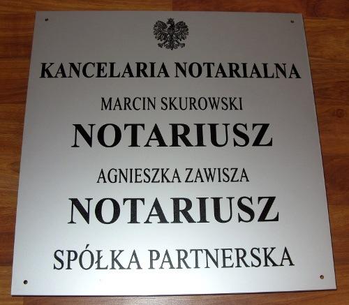 Tablica grawerowana dla notariuszy w aluminum anodowanym o wymiarze typowym dla spółki partnerskiej 50x51 cm