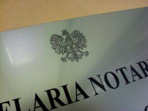 Szyld notarialny grawerowany z laminatu metalizowanego o wymiarach 50x35 cm