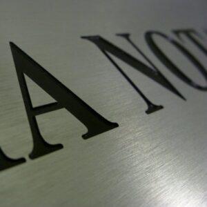 Przykład grawerunku frezem na tablicy notarialnej napuszczony farbą