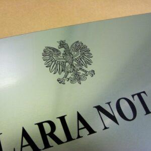 Przykład Godła Polskiego na tablicy notarialnej