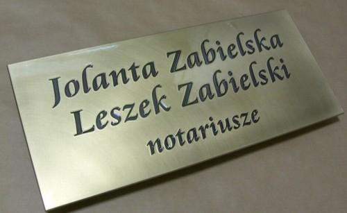 Tabliczka mosiężna grawerowana na drzwi w wykończeniu patynowanym