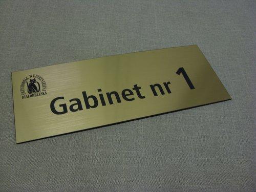 Przykład tabliczki grawerowanej na drzwi z laminatu metalizowanego lz 990