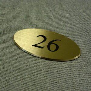 Numerek na drzwi wykonany z mosiądzu szlifowanego grawerunek oksydowany