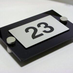 Numerek na drzwi wykonany laminatu lz 991 na podkładzie z plexi mocowanie na dystansach aluminiowych