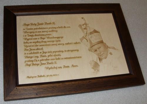 Pamiątka religijna wygrawerowana na listewce drewnianej